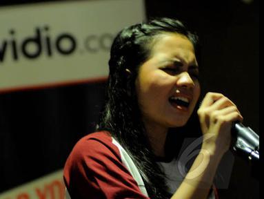 Alif Ekacahya saat menjalani sesi latihan di kantor Vidio.com, SCTV Tower, Senayan City, Jakarta, untuk tampil di acara inBox. Foto diambil pada Senin (26/1/2015). (Liputan6.com/Faisal R Syam)