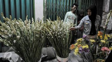 Warga memilih bunga hias di pasar kembang Pal Sigunung, Depok, Selasa (5/7/2016). Jelang Lebaran, warga berburu bunga sedap malam dan bunga hias lainya untuk pelengkap Idul Fitri.(Liputan6.com/Yoppy Renato)