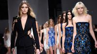 Model asal Amerika Serikat, Gigi Hadid berlenggang di atas catwalk memamerkan busana koleksi Atelier Versace dalam rangkaian Paris Haute Couture Fashion Week Spring-Summer 2016 di Paris, Minggu (24/1). (AFP PHOTO / Miguel Medina)