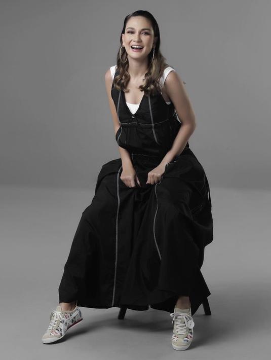Mengenakan maxi dress hitam, Luna memadukannya dengan sepatu dari Onitsuka Tiger seri Mexico 66. Seharga Rp1,999.000. Dok. Instagram @lunamaya