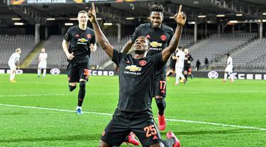 Pemain Manchester United (MU) Odion Ighalo melakukan selebrasi usai mencetak gol ke gawang LASK Linz pada leg pertama babak 16 besar Liga Europa di Linz, Austria, Kamis (12/3/2020). MU menang 5-0. (AP Photo/Kerstin Joensson)