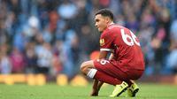 Gelandang Liverpool, Trent Alexander-Arnold, tampak kecewa usai dikalahkan Manchester City pada laga Premier League di Stadion Ettihad, Manchester, Sabtu (9/9/2017). City menang 5-0 atas Liverpool. (AFP/Oli Scarff)