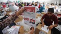 Relawan menunjukkan surat suara Pilpres 2019 yang dilipat di Gudang KPU, Cibinong, Bogor, Kamis (7/3). Jutaan kertas suara tersebut nantinya akan didistribusikan ke 40 kecamatan di wilayah Kabupaten Bogor. (merdeka.com/Arie Basuki)