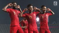 Para pemain Timnas Indonesia merayakan gol yang dicetak Osvaldo Haay ke gawang Thailand pada laga Piala AFF U-22 2019 di Stadion National Olympic, Phnom Penh, Selasa (26/2). Indonesia menang 2-1 atas Thailand. (Bola.com/Zulfirdaus Harahap)
