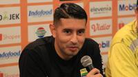 Gelandang Persib, Esteban Vizcarra. (Bola.com/Erwin Snaz)