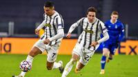 Striker Juventus, Cristiano Ronaldo, menggiring bola saat melawan Dynamo Kiev pada laga Liga Champions di Stadion Allianz, Kamis (3/12/2020). Juventus menang dengan skor 3-0. (Marco Alpozzi/LaPresse via AP)
