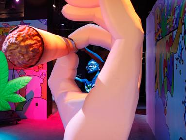 Gabe Williams bekerja pada pameran di Cannabition Cannabis Museum, Las Vegas, AS, Selasa (18/9). Museum ini memamerkan semua hal tentang ganja. (AP Photo/John Locher)