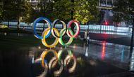 Pemandangan umum menunjukkan Cincin Olimpiade di depan Stadion Nasional, tempat utama untuk Olimpiade dan Paralimpiade Tokyo 2020, 100 hari sebelum upacara pembukaan di Tokyo pada 14 April 2021. (Charly TRIBALLEAU / AFP)
