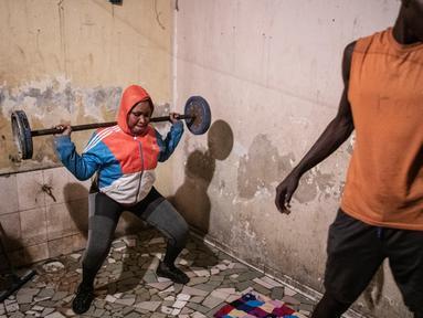 Keluarga Bara Tambedou berolahraga di rumah setelah berbuka puasa pada bulan suci Ramadan, di Dakar, Senegal, 25 April 2020. Tahun ini, banyak keluarga menjalankan Ramadan di rumah dengan larangan pertemuan publik dan penerapan jam malam untuk menekan penyebaran Covid-19. (AP/Sylvain Cherkaoui)