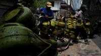 "Pedagang eceran gas elpiji tiga kg berada di agen elpiji di Karet Kuningan, Jakarta, Selasa (26/5/2015). Untuk menghindari subsidi yang tidak tepat sasaran, Pertamina melabeli gas tiga Kg dengan ""Hanya untuk Masyarakat Miskin"". (Liputan6.com/Johan Tallo)"