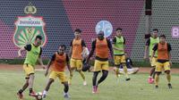 Para pemain Bhayangkara FC tampak fokus saat latihan jelang laga Piala Indonesia 2019 di Stadion PTIK, Jakarta, Kamis (31/1). Bhayangkara FC akan berhadapan dengan PSBL Langsa. (Bola.com/M. Iqbal Ichsan)