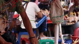 Pedagang memotong daging ayam di Pasar Kebayoran Lama, Jakarta, Rabu (14/4/2021). Memasuki bulan Ramadan, harga daging ayam alami kenaikan dari Rp 39 ribu menjadi Rp 45 ribu per kilogram. (Liputan6.com/Angga Yuniar)