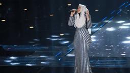 Siti Nurhaliza tampil lebih simpel pada acara Indonesia television award dengan gaun berwarna silver garis-garis. (KapanLagi/Agus Aprianto)