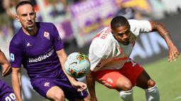 Gelandang Fiorentina, Franck Ribery, berebut bola dengan gelandang Juventus, Douglas Costa, pada laga Serie A di Stadion Artemio Franchi, Florence, Sabtu (14/9). Kedua klub bermain imbang 0-0. (AFP/Vincenzo Pinto)