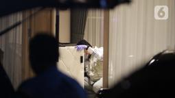 Penyidik KPK saat menggeledah rumah dinas Wakil Ketua DPR RI, Azis Syamsuddin, Jakarta, Rabu (28/4/2021). Penggeledahan terkait suap jual beli jabatan dengan tersangka Wali Kota Tanjung Balai, M Syahrial dan penyidik KPK dari unsur Polri, Stepanus Robin Pattuju. (Liputan6.com/Helmi Fithriansyah)