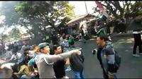 Tangkapan layar saat polisi terbakar usai disiram bensin ketika mengamankan aksi demonstrasi. (Liputan6.com/Huyogo Simbolon)