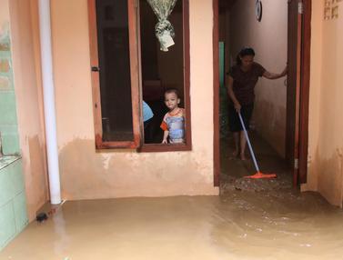 Bersih-Bersih Usai Banjir Kiriman Landa Kampung Melayu