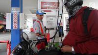 Petugas mengisi BBM pada sebuah motor di salah satu SPBU, Jakarta, Sabtu (5/1/2019). PT Pertamina (Persero) menurunkan harga BBM non subsidi masing-masing Dexlite Rp 200 per liter, dan Dex Rp 100 per liter. (Liputan6.com/Angga Yuniar)
