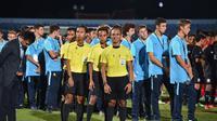 Oky Dwi Putra Sanjaya memimpin pertandingan final Piala AFF U-15 2017. (Bola.com/Dok. Pri)
