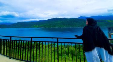 Seorang wisatawan asyik menikmati pemandangan Pulau Diyonumo, Kabupaten Gorontalo Utara. (Liputan6.com/Arfandi Ibrahim)