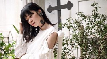 Wanita lulusan Fakultas Ekonomi Binus University sering menggunakan busana dengan warna putih. Blouse dengan lengan terbuka, membuat wanita gaya wanita 31 tahun ini terlihat trendi.  (Liputan6.com/IG/@laurabas)