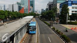 Bus Transjakarta melintas di Jalan HR Rasuna Said, Jakarta, Jumat (1/1/2016). Di hari libur, usai perayaan pergantian tahun 2016, sejumlah ruas jalan protokol di Jakarta terlihat lengang. (Liputan6.com/Helmi Fithriansyah)