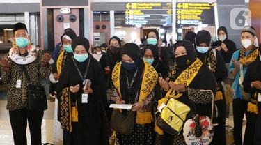 Jemaah umrah asal Indonesia saat berada di bandara Soekarno Hatta, Tangerang, Minggu (1/11/2020). Pemerintah Arab Saudi kembali menerima kedatangan jemaah umrah dari luar negaranya, termasuk Indonesia per 1 November. (Liputan6.com/Angga Yuniar)
