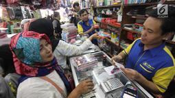 Pedagang melayani pembeli di Pasar Kebayoran Lama, Jakarta, Rabu  (5/7). Menjelang tahun ajaran baru permintaan perlengkapan sekolah meningkat. (Liputan6.com/Angga Yuniar)