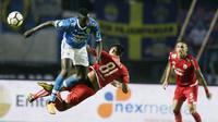 Striker Persib Bandung, Ezechiel N'douassel, duel udara dengan bek Persija Jakarta, Vava Yagalo, pada laga Liga 1 di Stadion GBLA, Jawa Barat, Minggu (23/9/2018). Persib menang 3-2 atas Persija. (Bola.com/M Iqbal Ichsan)