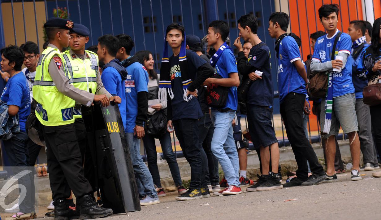 Suporter Persib rela antri panjang untuk menyaksikan laga Persib vs Mitra Kukar di Piala Bhayangkara di Stadion Si Jalak Harupat, Bandung, Kamis (17/3/2016). Laga Persib kontra Mitra Kukar berakhir imbang 1-1. (Liputan6.com/Helmi Fithriansyah)