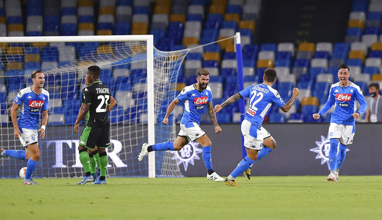 Para pemain Napoli merayakan gol yang dicetak oleh Elseid Hysaj ke gawang Sassuolo pada laga Serie A di Stadion San Paolo Sabtu (25/7/2020). Napoli menang 2-0 atas Sassuolo. (Cafaro/LaPresse via AP)