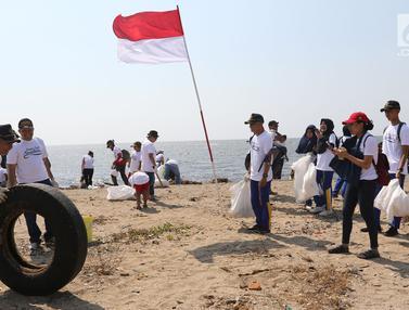 Peringati HUT ke-74 RI, Relawan Bersihkan Sampah di Pantai Timur Ancol
