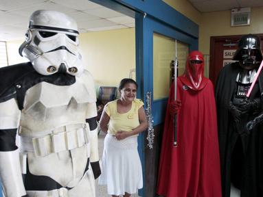 Sejumlah orang berpakaian karakter Star Wars berfoto bersama dengan pasien saat acara amal yang diselenggarakan oleh El Salvador Star Wars fan club di Rumah Sakit Benjamin Bloom Anak Nasional di San Salvador, El Salvador (14/12). (REUTERS/Jose Cabezas)