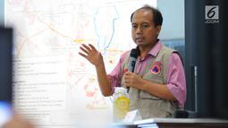 Kepala Pusat Data dan Informasi BNPB Sutopo Purwo Nugroho memberikan pemaparan terkait dampak  banjir bandang di Sentani, Jayapura di kantornya, Jakarta, Minggu (17/3). Sebanyak 4.000-an orang mengungsi akibat bencana alam itu. (Liputan6.com/Angga Yuniar)