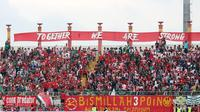 Suporter Madura United, K-Conk Mania, yang sudah kembali memadati Gelora Bangkalan ketika Madura United menjalani laga kandang, seperti ketika menjamu Persib Bandung, Sabtu (5/10/2019). (Bola.com/Aditya Wany)