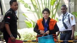Hakim adhoc PN Medan, Merry Purba (rompi oranye) kembali menjalani pemeriksaan di Gedung KPK, Jakarta, Senin (19/11). Merry diperiksa sebagai tersangka untuk melengkapi berkas kasus suap penanganan perkara Tipikor di PN Medan. (Merdeka.com/Dwi Narwoko)
