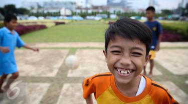 Sejumlah anak bermain bola di Tugu Tani, Jakarta, Jumat (2/10/2015). Pemprov DKI Jakarta akan menambah ruang publik terpadu ramah anak (RPTRA) sebanyak 150 lokasi dengan menggunakan dana dari program CSR.(Liputan6.com/Faizal Fanani)