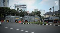 Petugas menyiapkan beberapa kendaraan taktis milik Brimob di sekitar area Patung Arjuna Wiwaha atau Patung Kuda, Jakarta, Jumat (28/7). Kendaraan taktis disiapkan untuk mengamankan aksi 287 yang digelar Presidium Alumni 212. (Liputan6.com/Faizal Fanani)