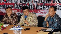 """Ketua PBNU Said Aqil Siradj (kedua kanan) menjadi pembicara Diskusi Ormas Islam Se-Indonesia, di Jakarta, Sabtu (17/11). Diskusi tersebut membahas """"Peran Ormas Islam Dalam Negara Kesatuan Republik Indonesia"""". (Liputan6.com/Johan Tallo)"""