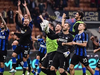 Pemain Inter Milan merayakan kemenangan usai pertandingan melawan Lazio pada lanjutan Liga Serie A di stadion San Siro di Milan (25/9/2019). Inter Milan menang tipis atas Lazio 1-0 berkat gol Danilo D'Ambrosio pada menit ke 23.  (AFP Photo/Marco Bertorello)
