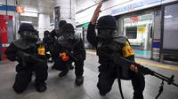 """Polisi Korea Selatan mengambil bagian dalam latihan anti-teror di sebuah stasiun kereta bawah tanah di Seoul (22/8).  Puluhan ribu tentara Korea Selatan dan AS ikut serta dalam latihan militer gabungan """"Ulchi Freedom Guardian. (AFP Photo/Jung Yeon-Je)"""
