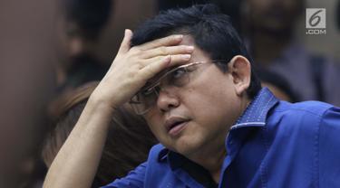 Terdakwa dugaan merintangi proses penyidikan KPK, Lucas jelang menjalani sidang pembacaan tuntutan oleh JPU KPK di Pengadilan Tipikor, Jakarta, Rabu (6/3). Lucas dituntut 12 tahun penjara dan denda Rp 600 juta. (Liputan6.com/Helmi Fithriansyah)