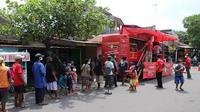 Warga mengantre untuk mendapatkan makanan gratis dari sedekah yang dibagikan lewat warung makan gratis Indowareg di Kelurahan Tonggalan, Kecamatan Klaten Tengah, Jumat (19/2/2021). (Solopos/Taufiq Sidik Prakoso)