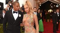 Beyonce dan Jay Z saat berpose di red carpet Met Gala 2015. (foto: popsugar)