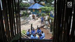 Petugas SDA Bidang Aliran Tengah beristirahat di Taman Robika di Jakarta, Kamis (14/3). Taman ini dibangun untuk mempercantik lingkungan dan meningkatkan kenyamanan bagi petugas Dinas SDA saat berjaga memantau banjir. (merdeka.com/Iqbal S. Nugroho)