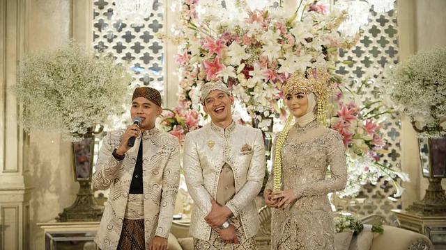 Hasil gambar untuk kostum pernikahan rezky dan citra adat sunda