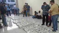 BNNP Jawa Timur menggerebek sebuah gudang penyimpanan narkotik jenis sabu-sabu di sebuah ruko di Surabaya, Jawa Timur. (Foto: Liputan6.com/Dian Kurniawan)