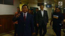 Ketum Partai Gerindra Prabowo Subianto (kiri) diantar Agus Harimurti Yudhoyono (AHY) usai menjenguk Ketum Partai Demokrat Susilo Bambang Yudhoyono (SBY) di RSPAD, Jakarta, Rabu (18/7). (Merdeka.com/Imam Buhori)