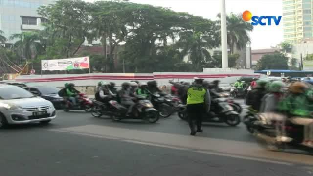 Petugas gabungan dari Polda Metro Jaya dan Dinas Perhubungan DKI Jakarta terus melakukan sosialisasi perluasan ganjil genap di kawasan Pancoran, Jakarta Selatan.
