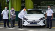 Menteri perhubungan Budi Karya Sumadi melakukan Test Drive motor dan mobil bertenaga listrik di Stasiun Gambir, Jakarta pada Rabu (17/12/20) sore. (Dok: Kemenhub)